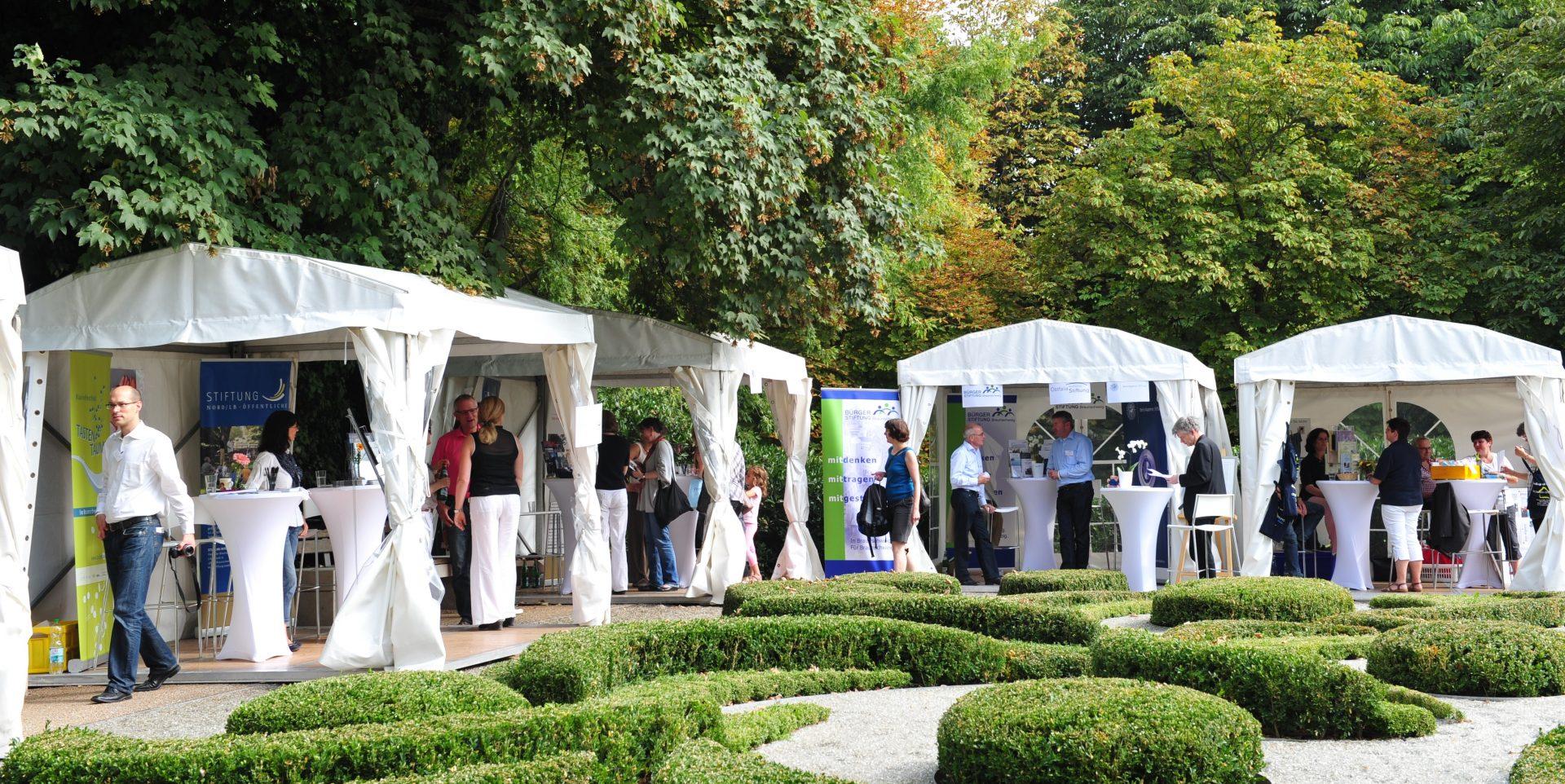 Verschiedene Stiftungen präsentieren sich im Garten vom Haus der Braunschweigischen Stiftungen